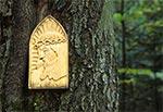 Kapliczka na drzewie w Roztoczańskim Parku Narodowym przy drodze na Wojdę