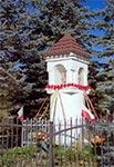 """Kapliczka kolumnowa z latarnią z XVII wieku, stojąca na końcu wsi Lipsko, od strony Białowoli. Oryginalne figurki zostały ze 20 lat temu skradzione przez nieznane """"hieny"""""""
