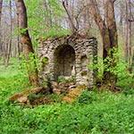 Ruiny kaplicy na południe od zespołu cerkiewnego w Dziewięcierzu Moczarach. Zbudowana nad źródłem w połowie XIX wieku. Najpierw pod wezwaniem Piotra i Pawła, a później Cyryla i Metodego