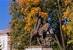 Pomnik Jana Zamoyskiego w jesiennym anturażu. Zdjęcie naświetlone na oldskulowym negatywie - Kodak Gold.