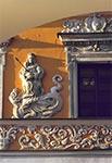Fasada kamienicy ormiańskiej z płaskorzeźbą Matki Bożej - zdjecie sprzed renowacji kamienicy