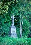 Krzyż przy drodze z Kawęczynka do Lasu Cetnar, upamiętniający rodzinę gajowego Jana Gumieniaka
