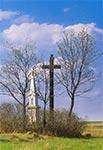 To bardzo stare zdjęcie i niestety nie przypominamy sobie gdzie Marek je wykonał. Prawdopodobnie krzyża drewnianego już nie ma. Gdyby ktoś kojarzył gdzie ta figura stoi to prosimy o popdpowiedź