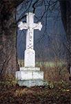 Pawliszcze - krzyż przy starej, dziś nie używanej  drodze z roku 1883. Niestety inskrypcję uszkodził nieznany wandal