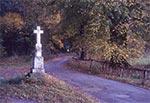 Krzyż przy stadninie w Polance Horynieckiej, z roku 1885 (dokładnie to postument, bo sam krzyż jest nowszy), sfotografowany na początku października 2019 roku. Dwa tygodnie później ktoś zahaczył o niego jakimś pojazdem i krzyż został poważnie uszkodzony