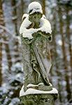 Figura aniołka na zabytkowym cmentarzu bruśnienskim w Bruśnie Starym (skradziona)