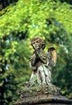 Anioł na zabytkowym nagrobku cmentarza w Oleszycach