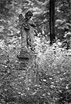 Rzeźba aniołka na zabytkowym cmentarzu w Bruśnie Starym