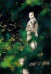 Figura Matki Bożej na zabytkowym cmentarzu w Łówczy