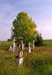 Malowniczo położony cmentarzyk w Chłopiatyniu