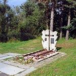 Pomnik w miejscu pochówku ofiar bombardowania przez Niemców w II Wojnie światowej stacji i pociągu w Werchracie