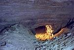 W jednej ze sztolni jest takie zagadkowe małe przejście. Dalej chodnik jest już normalny. Ciekawe dlaczego tak to wykonano, bo przecież z pewnością utrudnia to wymianę powietrza oraz samo poruszanie się. Te pagórki piasku po obu stronach mogą świadczyć, o tym że to przejście było zamaskowane ale to tylko spekulacje. Jako ciekawostkę dodam, że w tym tunelu w środku lata panuje temperatura +6 st.C, czyli mniej więcej średnia temperatura roczna na powierzchni.