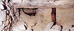 Ten zgięty stempel wskazuje, że strop się obniża. Oczywiście jest to tylko wskaźnik a nie filar i nie stanowi on żadnego zabezpieczenia, bo nawet nowy nie wytrzymałby tej masy skał i gleby, a dziś jest to zwykłe próchno.