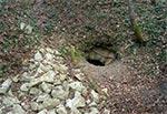 """W roku 2019 natknąłem się w Senderkach na odkopane wejścia do wcześniej zasypanych sztolni. Miejscowy wyjaśnił mi, że ktoś odkopał te wysadzone wejścia (przez partyzanta o pseudonimie """"Huk""""), gdyż najpewniej poszukiwali depozytów (zrzuty alianckie na wzgórzu Hipopotam), które tam partyzanci ukryli przed nadejściem """"wyzwolicieli"""" z Armii Czerwonej. Można zobaczyć nawet osmolmy strop na wejściu do jednej ze sztolni więc najpewniej eksploratorzy dotarli do celu. Ale czy wydobyli depozyt to pewności nie ma, bo wszystko wskazuje na to, że tam strop opadł (może w wyniku tej eksplozji) i wszystko mogło zostać przywalone tonami piaskowca. Te kamole po lewej to właśnie efekt odgruzowania sztolni. -To musiał być potężny wysiłek, za który dziękujemy poszukiwaczom, bo można dzięki temu tam zajrzeć, a dla nas taka możliwość jest cenniejsza od depozytu"""