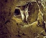 Ta sztolnia w Senderkach jest w najlepszym stanie, chociaż na samym wejsciu chyba wystąpił jakiś zawał, bo pod cienką warstwą gleby jest płyta skalna. To ta właśnie sztolnia, w której znaleziono i wciąż tam niestety spoczywają szczątki ludzkie, prawdopodobnie z okresu II Wojny Światowej (wielkość oryginalnego pliku 83 mln pix)