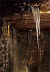 Lodowy stalaktyt wewnątrz schronu bojowego linii Mołotowa