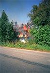 Płonąca chałupa kryta strzechą w Białowoli. Groteskowe jest, że podpalenie było skutkiem zabawy dzieci... zapałkami.