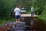 Pływający most na potoku Szum przy ujściu do Tanwi, podczas letniej powodzi