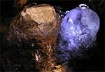 Lodowe stalagmity na posadzce bunkra linii Mołotowa