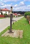 Przedwojenna lwowska pompa we wsi Łuszczacz