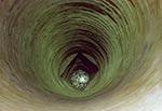 Najpłytsza z trzech bardzo szerokich i głębokich studni w Teodorówce. Zdjęcie wykonane obiektywem 300mm (mały obrazek czyli pełna klatka) daje pewne wyobrażenie o jej głębokości
