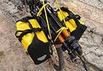 Optymalny sposób na przewożenie ciężkiego statywu rowerem. Najlepiej zdemontować głowicę aby był krótszy - wówczas tył nie będzie wpadał w rezonans.