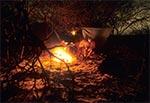 Płachta biwakowa za plecami stanowi doskonały ekran zatrzymujący ciepło ogniska a jednocześnie chroni przed przenikliwym zimowym wiatrem