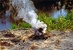 Podgrzewanie strawy na brzegu Tanwi - tam w kłębach dymu jest oczywiście menażka