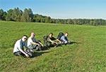 Nie do wiary ale tak kiedyś wyglądały pastwiska przy Niwkach Horynieckich. Obecnie jest tam istny busz. A na zdjęciu od lewej: Mariusz, Piotr, Tomek i Prałasant, a fotografuje Marek
