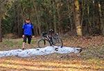 Otóż i mamy dzień, w którym zakończyłem zimowy sezon rowerowy, co symbolizuje ostatni płat śniegu. Jednocześnie rozpocząłem letni sezon rowerowy, co symbolizują krótkie spodenki, bo temperatura sięgała niemal 20 st.C. A było tak wczoraj - tj. 5 marca 2017 roku.