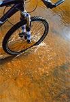 Myślicie zapewne, że przeprowadzam rower przez jakiś roztoczański potoczek? - O nie! - Ja jadę drogą wyłożoną betonowymi płytami. A dokładnie przejazdem w bród przez taki niewielki dopływ do Tanwi tuż za wsią Pisklaki. Iście australijski pomysł.