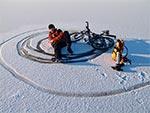 Rowerowy drift na lodzie zamarzniętego stawu w Topornicy