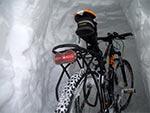 Rower zaparkowany w wydrążonej zaspie