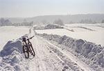 Zdjęcie z zimowego sezonu rowerowego 2020/21, a w oddali widzimy zabudowania Kawęczynka. To był idealny dzień na rower. Mnóstwo śniegu ale drogi przejezdne oraz białe i zmrożone, do tego mrozik do minus 10 stopni w dzień, szadź na drzewach, brak wiatru i bezchmurne niebo