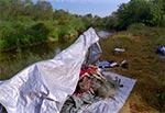 Prowizoryczny namiot z plandeki ogrodniczej i naprędce wykonanych masztów z wkopanych żerdek - wytrzymał całonocną burzę.