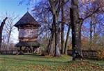 XVIII - wieczna drewniana dzwonnica przy cerkwi w Korniach