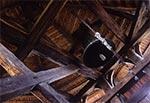 We wnętrzu dzwonnicy cerkwi w Korniach