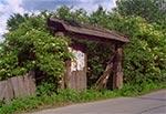 Brama do zrujnowanego gospodarstwa w Topólczy