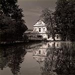 """Kościół """"na wodzie"""" w Zwierzyńcu"""