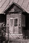 Zdjęcie starej szkoły w Narolu-wsi, naświetlone na oldskulowym negatywie - Kodak Tri-X 400