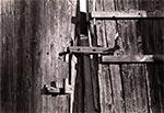Stare wrota na terenie pałacu Zamoyskich w Klemensowie
