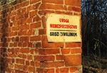 Leciwy mur na terenie kompleksu pałacowego w Michalowie