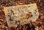 Stara tablica przed rezerwatem Jarugi, wygrzebana z ziemi