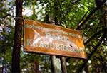 Stara tablica na skraju Południoworoztoczańskiego Parku Krajobrazowego ze śladem po strzale
