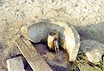 """Źródło artezyjskie w dolinie Wieprza między Szczebrzeszynem a Brodami Dużymi. Obecnie źródło nie istnieje, bo zostało sprywatyzowane. Stoi tam """"wodomat"""" i każą płacić za wodę stojącą w rurze. Oto przykład zabijania Roztocza komercjalizacją."""