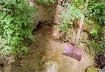 """Bezcenne źródła Raty koło Werchraty. Ta starożytna szufla służy do pogłębiania niszy, gdzie nabieramy wodę. Sklepów w tamtych okolicach mało, a ten w Werchracie ma przerwę w ciągu dnia więc nie raz ta woda """"ratowała skórę"""". Nie widziałem nigdy aby wody tu brakło, płynie niezależnie od tego czy jest susza czy nie. Oby bobry nigdy go nie zatopiły, tak jak w Zawałyli"""