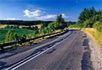Działy Grabowieckie - droga z Zamościa do Skierbieszowa. trzeba zauważyć, że jest z jednej strony niezwykle malownicza, a z drugiej niezwykle niebezpieczna, bo wciąż są tam zjazdy i podjazdy oraz liczne ostre zakręty