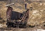 Zdemolowane wagony poniżej zdemolowanych torów
