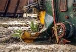 Lokomotywa leżąca daleko od torowiska w szlamie błota i ropy