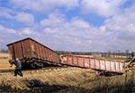 Część wagonów i lokomotywa zjechały ze zbocza, a część zostało na torach